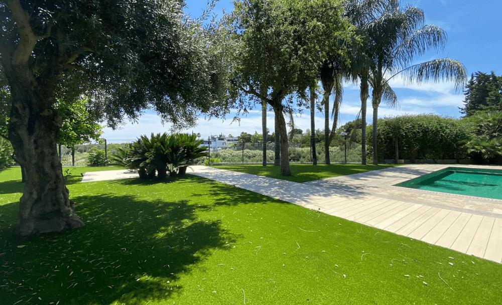 instalación de césped artificial en piscina de Mairena