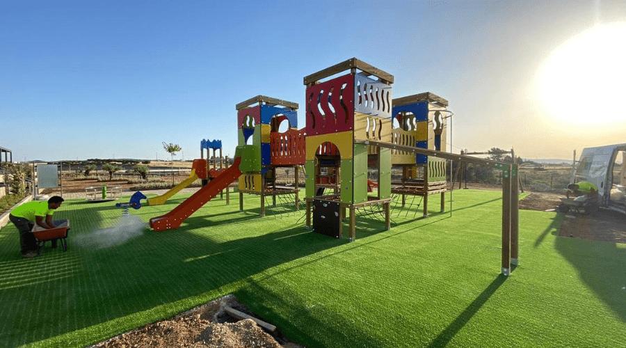 instalación de césped artificial en un parque por el equipo de Verdegreen Césped