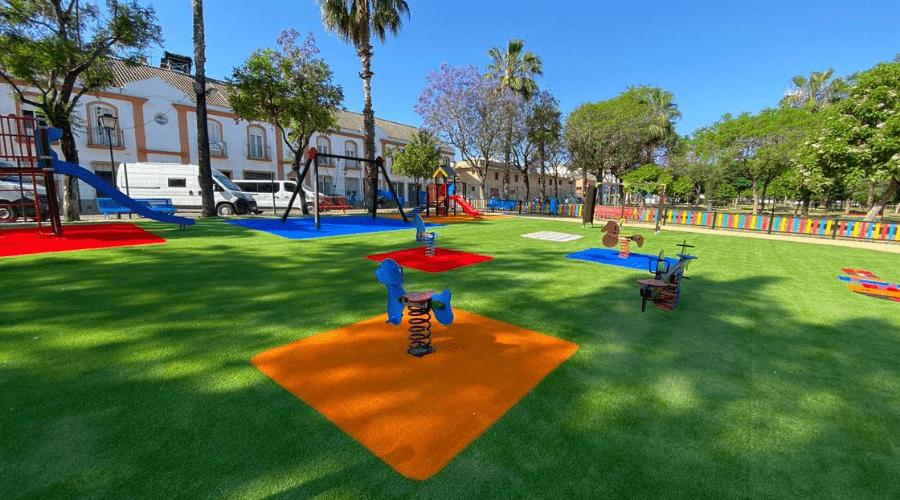 parque infantil con césped artificial en Santiponce
