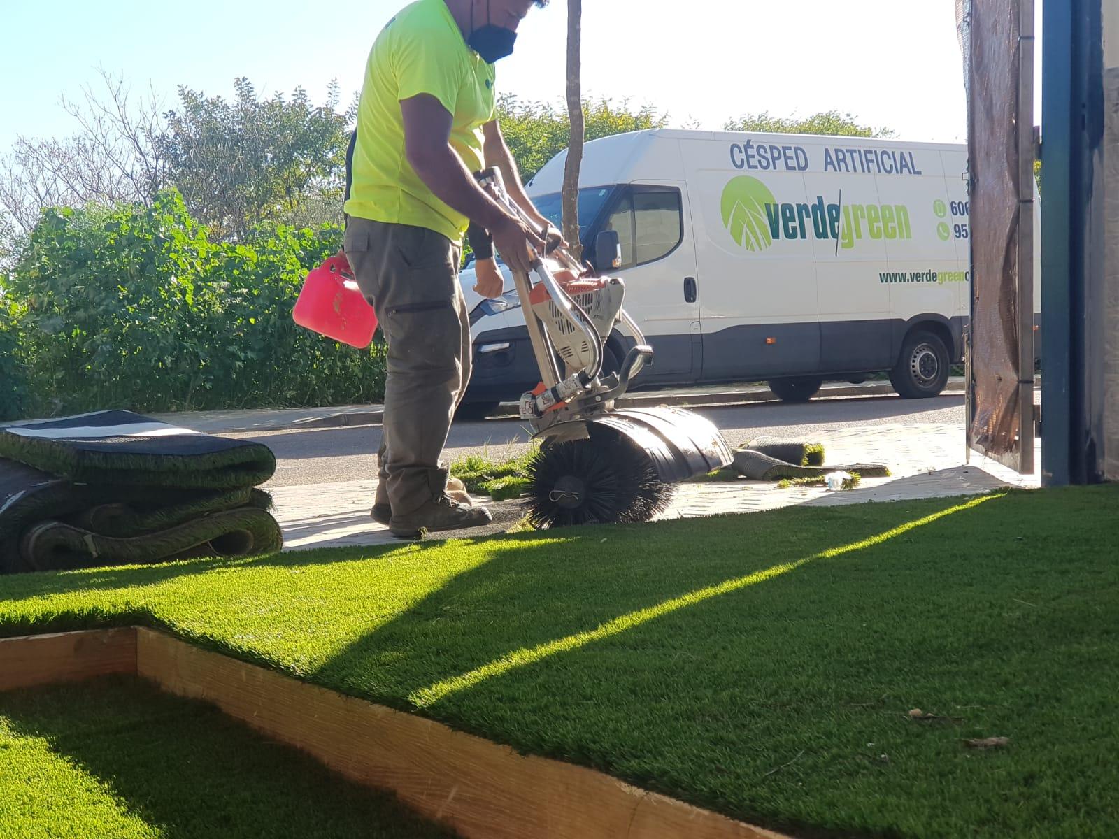 equipo Verdegreen Césped, instalando en una terraza