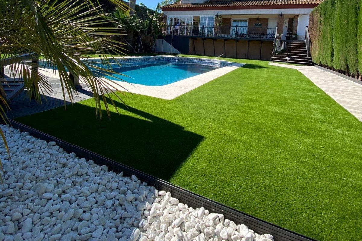 césped artificial para terrazas con piscina