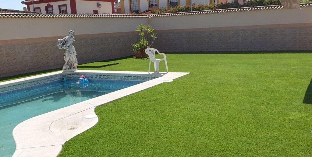 cómo es el mantenimiento del césped artificial para piscinas