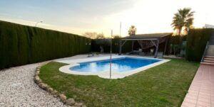 mantenimiento del césped artificial para piscinas
