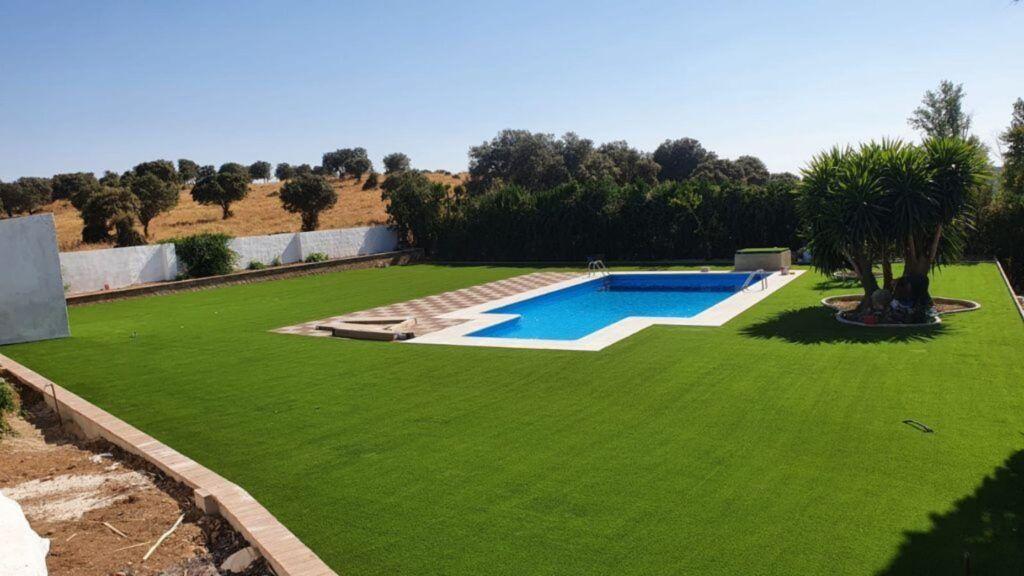 instalar césped artificial en jardín con piscina